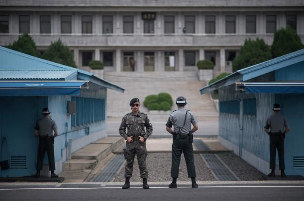 2 guards at the Korean DMZ