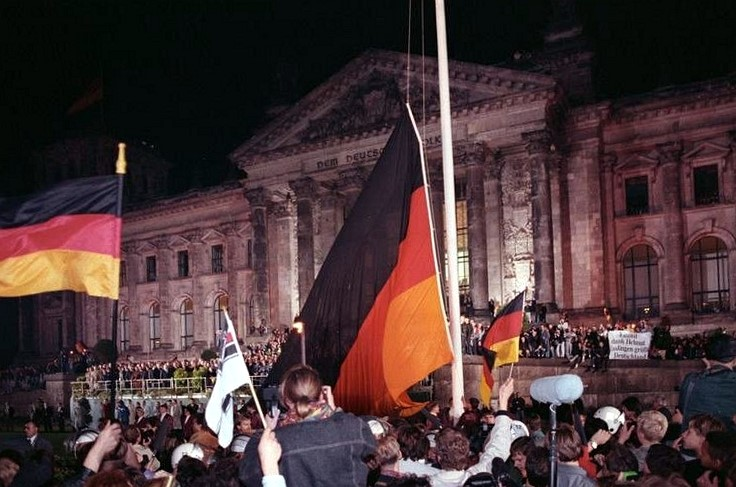 Raising the German flag in 1990, without the east German flag.